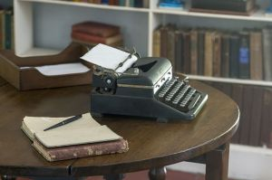 800px-Hemingway_typewriter_studio_FL1